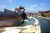 """Le musée Guggenheim (Frank Gehry designer), aux bords du fleuve Nervion. A droite : """"Maman"""", sculpture par Louise Bourgeois. Bilbao (Espagne), 2003.  © Ray Roberts / TopFoto / Roger-Viollet"""
