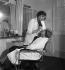 Colette (1873-1954), écrivain français, dans son institut de beauté, rue de Miromesnil, maquillant sa fille Colette de Jouvenel. Paris, 1932.     © Boris Lipnitzki/Roger-Viollet