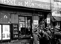 World War II. Group of German soldiers looking at the shop window of a souvenir dealer, place du Tertre, in the district of Montmartre. Paris (XVIIIth arrondissement), circa 1942. © Roger-Viollet