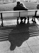 Couple assis sur un banc, mars 1988.  © Günter Peters/Ullstein Bild/Roger-Viollet