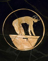 Attic vase with red pictures (5th century BC). Detail of an athlete having a wash. Naples, Archaeological museum. © Roger-Viollet