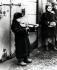 Guerre 1939-1945. Petit garçon juif jouant du violon pour subvenir à ses besoins dans le ghetto de Varsovie. Pologne, Février 1941. Photo : Joe J. Heydecker. © Bilderwelt / Roger-Viollet