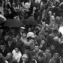 Crowd during the American president John Fitzgerald Kennedy's visit in Paris. June 1961. © Roger-Viollet