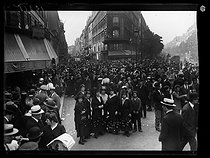 World War One. Strikes in Paris about the vote of the English week (rest on Saturday afternoons for the fashion workers), and the expensive life, late May 1917. Strikers near the Labour Council (Ist arrondissement). © Excelsior – L'Equipe/Roger-Viollet