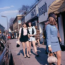 Passers-by walking on King's Road. London (England), in the 1960s. © TopFoto/Roger-Viollet