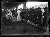 "World War I. US troops arriving in Paris, on July 3rd, 1917. Nurse serving coffee on the platform of a train station. Photograph published in the newspaper ""Excelsior"" on Wednesday, July 4, 1917. © Excelsior – L'Equipe/Roger-Viollet"