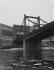 Pont donnant sur l'entrée des usines Renault de l'île Seguin, à Boulogne-Billancourt (Hauts-de-Seine), vers 1946-1948. © Pierre Jahan/Roger-Viollet