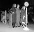 """Diana Rigg (née en 1938), et Patrick Macnee (1922-2015), acteurs britanniques de la série """"Chapeau melon et bottes de cuir"""", attendant le bus sur Fleet Street. Londres (Angleterre), 14 décembre 1964. © TopFoto/Roger-Viollet"""