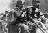Victor Hémery (1876-1950), pilote automobile français, dépassant le premier les 200km/h à bord d'une Blitzen-Benz. Circuit de Brooklands (Angleterre), 1909. © Maurice-Louis Branger / Roger-Viollet