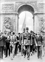World War II. Liberation of Paris. General Charles De Gaulle (1890-1970) surrounded by Georges Bidault and Alexandre Parodi, going down the Champs-Elysées. In the background: Generals Charles Leclerc and Marie Pierre Koenig. Paris, 1944.                 © CAP/Roger-Viollet
