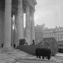 Transfer of Jean Moulin's body (1899-1943), French member of the Resistance, at the Panthéon, in the presence of the general De Gaulle, Georges Pompidou and André Malraux. Paris, December 1964.  © Jacques Cuinières/Roger-Viollet