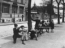 World War One. Children playing war games on the boulevard Edgar Quinet, behind the chapel of the Montparnasse cemetery. Paris, April 1915. Photograph by Charles Lansiaux (1855-1939). Bibliothèque historique de la Ville de Paris. © Charles Lansiaux/BHVP/Roger-Viollet