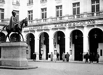"""Statue of King Edward VII in front of the Théâtre Edouard VII. On the right, the """"Kinémacolor"""". Paris, 1913. © Maurice-Louis Branger / Roger-Viollet"""