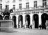 """Statue d'Edouard VII devant le Théatre Edouard VII . A droite : le """"Kinémacolor"""", procédé précurseur du cinéma en couleurs. Paris, 1913. © Maurice-Louis Branger / Roger-Viollet"""