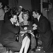 "Shooting of ""Meurtre en 45 tours"", film by Etienne Périer (1960). Etienne Périer, Danielle Darrieux and Michel Auclair. France, on January 4, 1960. © Alain Adler / Roger-Viollet"