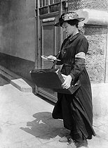 Guerre 1914-1918. Femme factrice distribuant le courrier. France. © Maurice-Louis Branger / Roger-Viollet