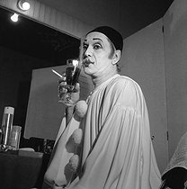 "Robert Hirsch (born in 1925), French actor, wearing the costume of Pierrot in his dressing room at the time of a performance of ""Debureau"" by Sacha Guitry. $$$Paris, Théâtre Edouard VII, December 1980. © Kathleen Blumenfeld/Roger-Viollet"