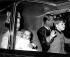 La reine Elisabeth II et le duc d'Edimbourg revenant de Balmoral avec leurs enfants les princes Andrew et Edward. Londres (Angleterre), 2 octobre 1964. © TopFoto/Roger-Viollet
