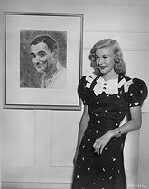 Ginger Rogers (1911-1995), American actress and dancer, in front of a portrait of Irving Berlin (1888-1989), American composer, 1930's. © LAPI/Roger-Viollet