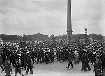 Crowd at the place de la Concorde during the signing of the Treaty of Versailles. Paris, on June 28, 1919. © Maurice-Louis Branger/Roger-Viollet