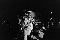 Cab Calloway (1907-1994), American jazz singer, comedian and conductor, during a concert.  © Jacques Cuinières / Roger-Viollet