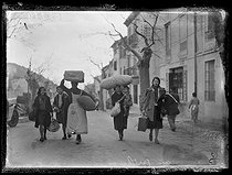 "Spanish Civil war (1936-1939). ""La Retirada"". Spanish refugees arriving with some clothes. Le Perthus (France), on January 27, 1939. Photograph from the Excelsior newspaper.$$$ © Excelsior - L'Equipe / Roger-Viollet"