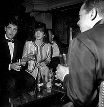 Sacha Distel (1917-2008, French singer and actor, Juliette Gréco (born in 1927), French singer and actress, and Henri Salvador (1917-2008), French singer-songwriter. Paris, Club Saint-Hilaire, 1962.    © Roger-Viollet