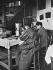 Remplissage des capsules gélatineuses dans un laboratoire pharmaceutique. France, 1905. © Jacques Boyer / Roger-Viollet