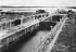 Canal de Panama. Ecluses supérieures de Gatun. Vue prise du phare montrant l'entrée sud des écluses. 11 octobre 1912. © Jacques Boyer / Roger-Viollet
