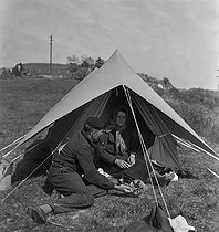 Camping and Culture association. La Roche-Guyon (France), 1936-1938. Photograph by Marcel Cerf (1911-2010). Bibliothèque historique de la Ville de Paris. © Marcel Cerf/BHVP/Roger-Viollet