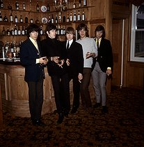 "Bill Wyman, Keith Richards, Brian Jones, Mick Jagger et Charlie Watts, membres du groupe de rock britannique ""The Rolling Stones"". Londres (Angleterre), 12 septembre 1964. © PA Archive / Roger-Viollet"