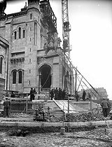 Montmartre. Installation of the equestrian statue of Saint Louis, by Hippolyte Lefèbvre (1863-1935), in front of the Sacré-Coeur basilica. Paris (XVIIIth arrrondissement), 1927. © Albert Harlingue / Roger-Viollet