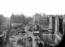 Paris. Construction of the new buildings after the gap of the boulevard Haussmann. Around 1925-1926.    © Albert Harlingue/Roger-Viollet