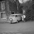 Combi Volkswagen à Valmondois (Val-d'Oise), avril 1967.    © Roger-Viollet