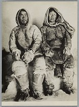 Inuit couple, sitting side by side. Photograph by Charles Chusseau-Flaviens (floruit between 1890 and 1920). Paris, Bibliothèque Marguerite Durand. © Charles Chusseau-Flaviens / Bibliothèque Marguerite Durand / Roger-Viollet