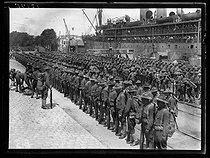World War I. Arrival of the first US military contingents in France. Troops waiting next to a ship. Saint-Nazaire (France), late June 1917. © Excelsior – L'Equipe/Roger-Viollet