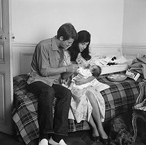 Jean-Paul Belmondo (born in 1933), French actor, his wife Elodie Constant, French dancer, and their daughter Florence, on July 5, 1959. © Alain Adler/Roger-Viollet