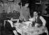 Ménage ouvrier prenant un repas. Paris, vers 1925.      © Jacques Boyer/Roger-Viollet