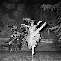 """Sleeping Beauty"" by Pyotr Ilyich Tchaikovsky. Choreography after Marius Petipa. Direction : Robert Helpmann. International Ballet of the Marquis de Cuevas. Marcia Haydée and Rosella Hightower. Paris, Théâtre des Champs-Elysées, October 1960. © Boris Lipnitzki / Roger-Viollet"