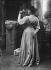 Femme de dos tenant une fleur. Négatif sur plaque de verre. 1861-1929. Paris, musée Bourdelle. © Musée Bourdelle / Roger-Viollet