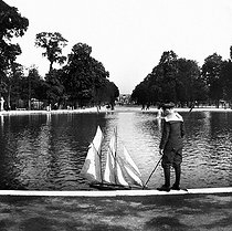 The great ornamental lake of the Tuileries Gardens. Paris (Ist arrondissement), circa 1894-1895. Detail from a sterescopic view. © Léon et Lévy/Roger-Viollet