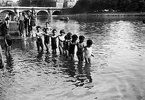 World War II. Children bathing in the Seine river. Paris, on July 11, 1941. © LAPI/Roger-Viollet