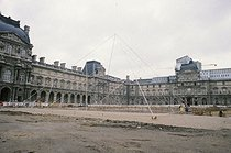 Construction of the Louvre Pyramid. Architect : Ieoh Ming Pei (1917-2019). Paris, 1985. © Jean-Pierre Couderc / Roger-Viollet