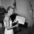 Jacqueline Auriol (1917-2000), aviatrice française. Remise du Record international féminin (14 juin 1963) par Jacques Allez, directeur de l'Aéroclub de France. Paris, janvier 1964.      © LAPI/Roger-Viollet