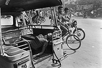 Wounded woman taken to the hospital in a rickshaw. Cambodia, 1974. © Françoise Demulder / Roger-Viollet