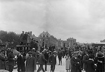World War One. Crowd in front of the palace of Versailles during the signing of the Treaty, on June 28, 1919. © Maurice-Louis Branger / Roger-Viollet