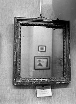 """Dadaism. """"Portrait of an imbecile"""" (1921), by Philippe Soupault (1897-1990). Framed mirror (real object), in April, 1957. © Roger-Viollet"""