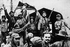 Révolution cubaine (1958-1959).  Révolutionnaires présentant le drapeau du Mouvement du 26 juillet après la prise de Fomento. Fomento (Cuba), 31 décembre 1958. © Ullstein Bild/Roger-Viollet