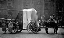 The corpse of the Unknown Soldier arriving at the Pantheon. Paris (Vth arrondissement), on November 11, 1920. © Neurdein / Roger-Viollet