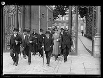 """World War One. Strikes in Paris about the vote of the English week (rest on Saturday afternoons for the fashion workers), and the expensive life, late May 1917. The employers' representatives leaving the Ministry of the Interior after the signing of a """"peace"""" treaty on May 22, 1917. From left to right : Mr Gillard, Mr Archambault and Mr Cousin, Mrs Paquin, Mr Kempf and Mr Barotte, Mrs Louise Coudy, Mr Schumpf, Mr Redfern and Mr Ménessier. Photograph published in the newspaper """"Excelsior"""" of Wednesday, May 23, 1917. © Excelsior – L'Equipe/Roger-Viollet"""